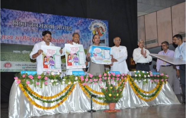 Ashok Gehlot, the Chief Minister of Rajasthan, and Ghulam Nabi Azad, the Union Minister for Health and Family Welfare, launch family planning services for women who have recently given birth.