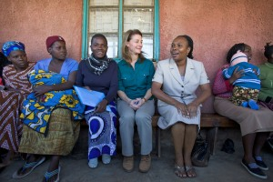 Melinda Gates (in teal shirt) meets with a new mothers' group in Nairobi's Korogocho community; she is accompagnied by Jhpiego's Jane Otai (in beige suit).