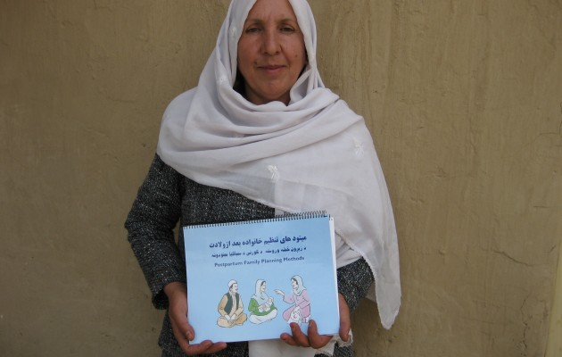 Using flipcharts, community health worker Marofa Sohila educates women on family planning issues.
