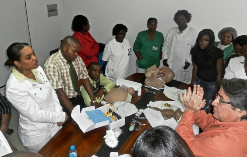 Jhony Juarez, Jhpiego's technical director in Angola (bottom right), leads a training in basic emergency obstetric care for health providers.