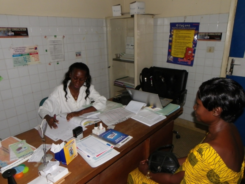 Jhpiego-trained nurse in Côte d'Ivoire counsels a patient before a cervical cancer screening.