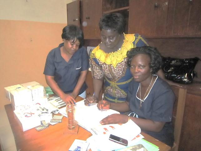 MCHIP family planning advisor Comfort Gebeh (center) discusses integration of family planning and child immunization services with Redemption Hospital midwives Vicky Youqui (left) and Anita K. Kollie (right). (Photo: H.Blanchard)