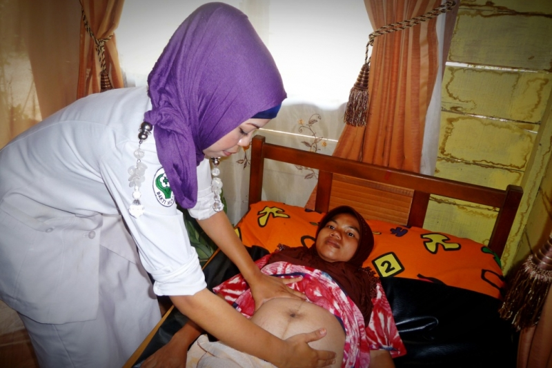 Indonesian midwife with mother