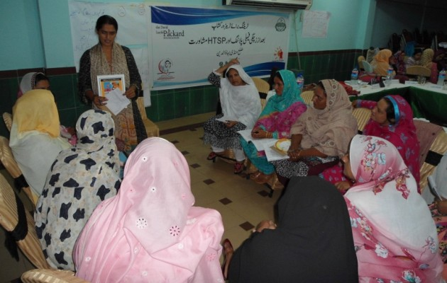 Pakistani health care providers learn about maternal health benefits of family planning thanks to Packard Foundation support.