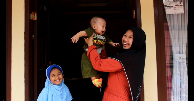 Mothers like Neng Supartini are choosing to give birth at Ciparay Health Center as the quality of health services improves under the Jhpiego-led Expanding Maternal and Neonatal Survival (EMAS) program.